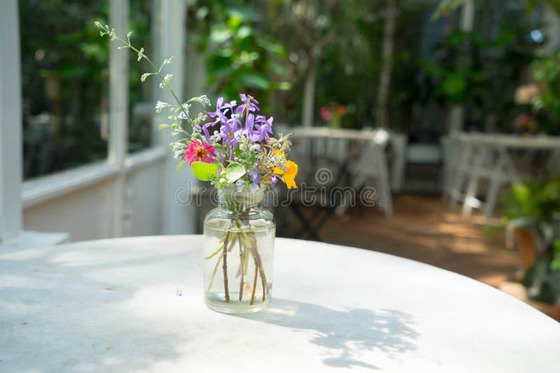 Il fiore decora sulla tavola immagini stock