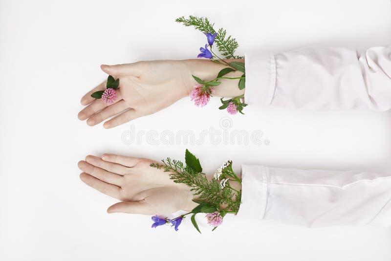 Il fiore di colore della molla e della mano è sullo skincare della tavola Cosmetici della natura per cura di pelle della mano, me fotografia stock