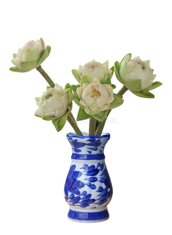 Il fiore di loto bianco piega i petali nel vaso per culto l'immagine/statua di Buddha fotografie stock libere da diritti