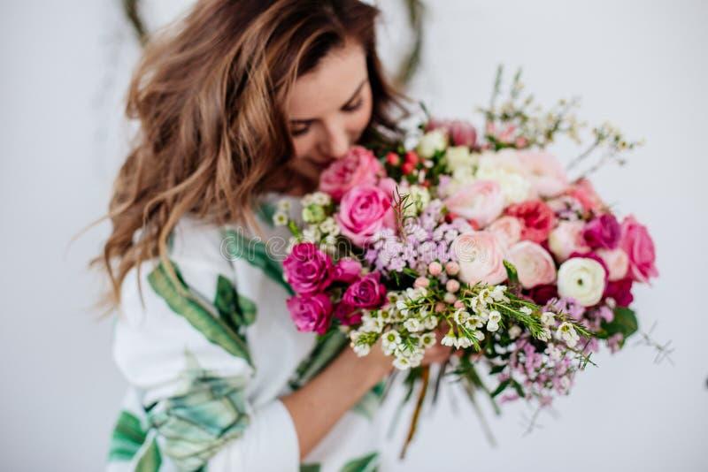 Il fiorista fa un mazzo fotografia stock libera da diritti