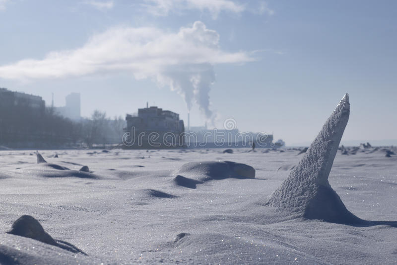 Il fiume è coperto di ghiaccio immagine stock libera da diritti