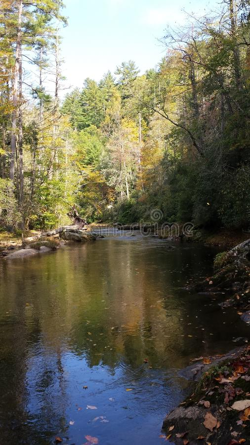 Il fiume adorabile di chatooga durante la caduta immagini stock libere da diritti