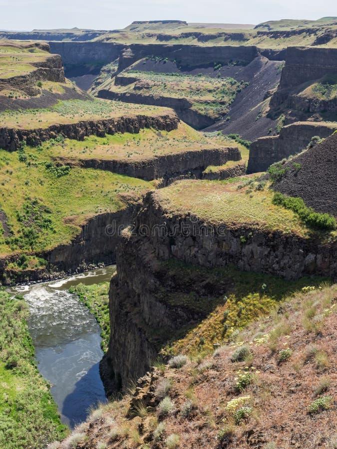 Il fiume attraversa il canyon fotografie stock