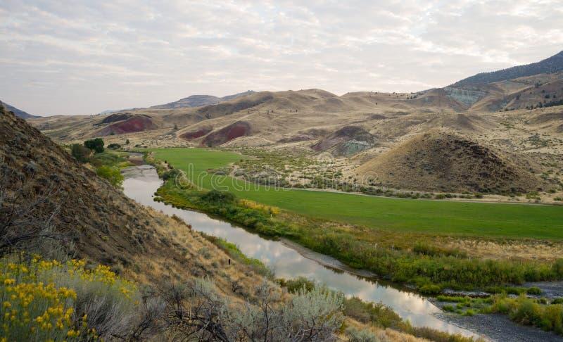 Il fiume attraversa il terreno coltivabile John Day National Monument Oregon fotografia stock libera da diritti