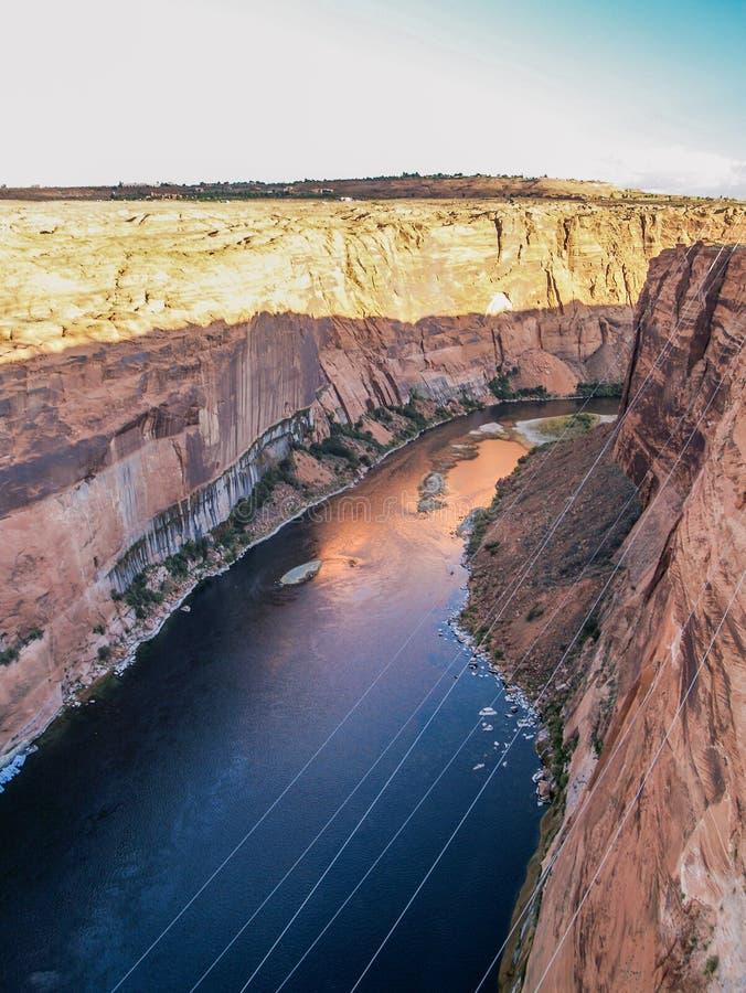Il fiume Colorado sotto la curvatura del ferro di cavallo fotografie stock libere da diritti