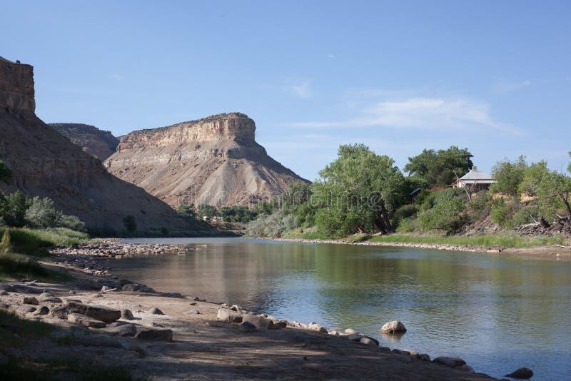 Il fiume Colorado vicino a 70 da uno stato all'altro nell'area della palizzata fotografie stock