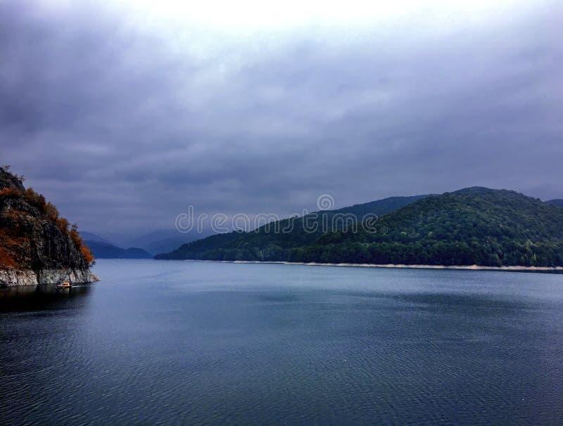 Il fiume con le banche ripide della montagna fotografia stock