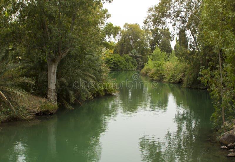 Il fiume corrente calmo Giordania al sito battesimale di Yardenit il posto tradizionale di San Giovanni Battista e del suo minist fotografie stock