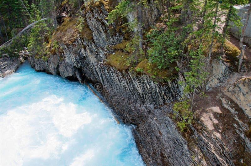 Il fiume del turchese scorre lungo le rive rocciose pittoresche fotografie stock libere da diritti