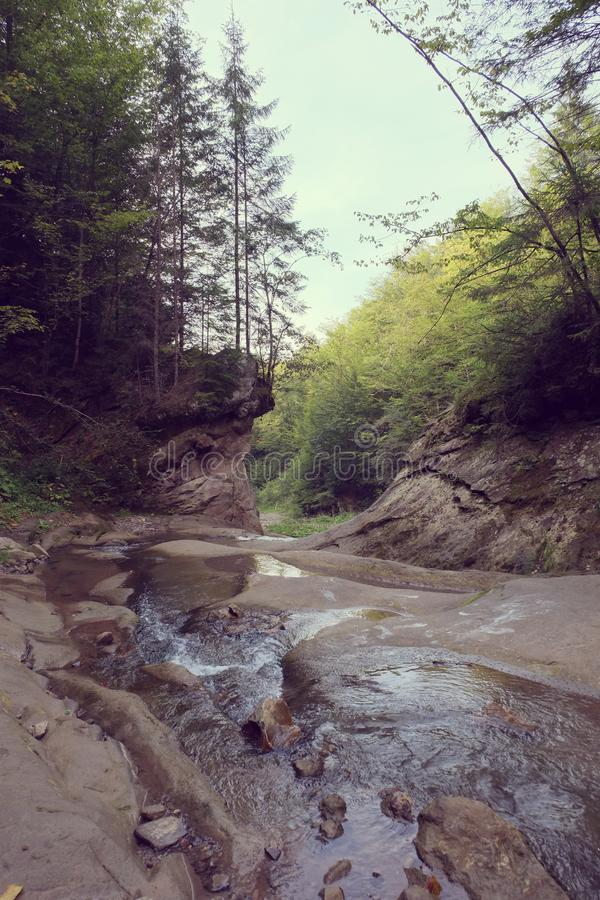 Il fiume della montagna è con le cascate e le rocce immagine stock