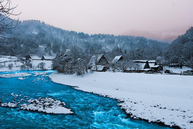 Il fiume dentro Shirakawa-va il Giappone immagine stock