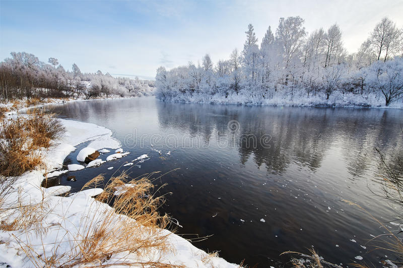Il fiume di inverno immagine stock