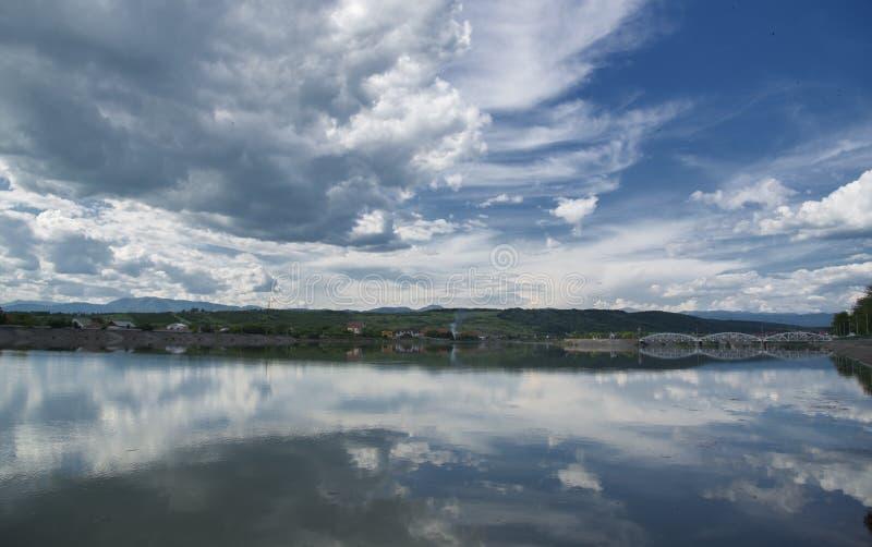 Il fiume di Jiu nella città di Targu Jiu immagini stock