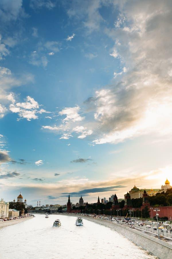 Il fiume di Moskva vicino all'argine di Cremlino con il bello cielo fotografie stock libere da diritti