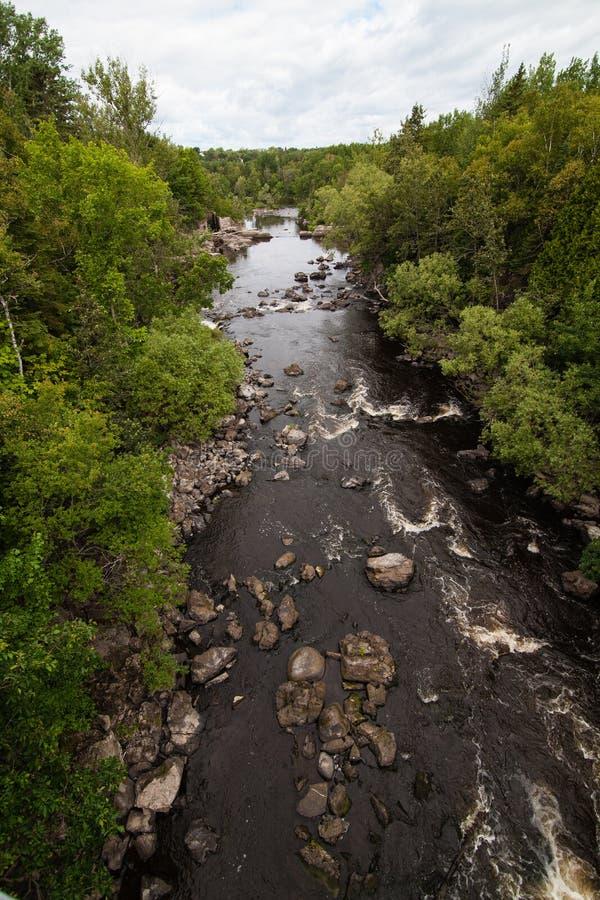 Il fiume e le rocce fotografia stock