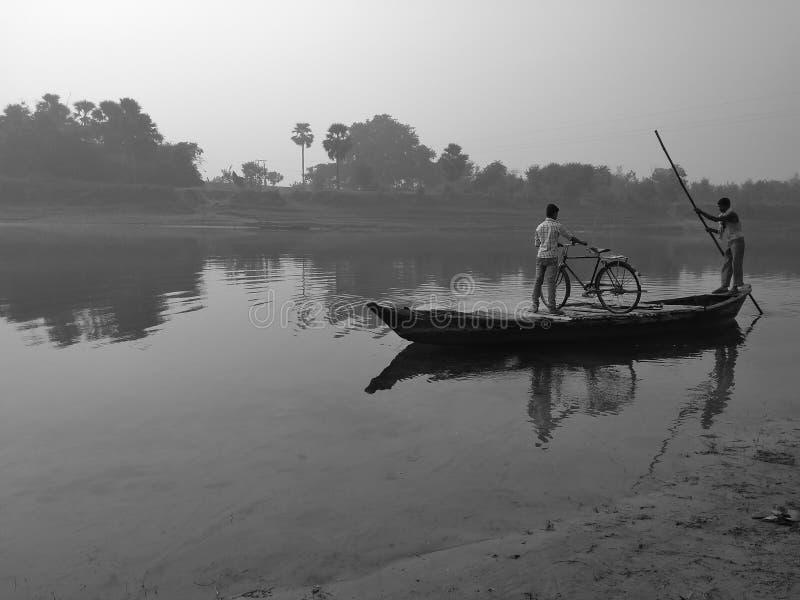 il fiume e una barca di fiume immagini stock