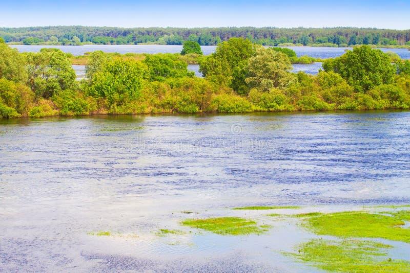 Il fiume ha sommerso la valle immagini stock