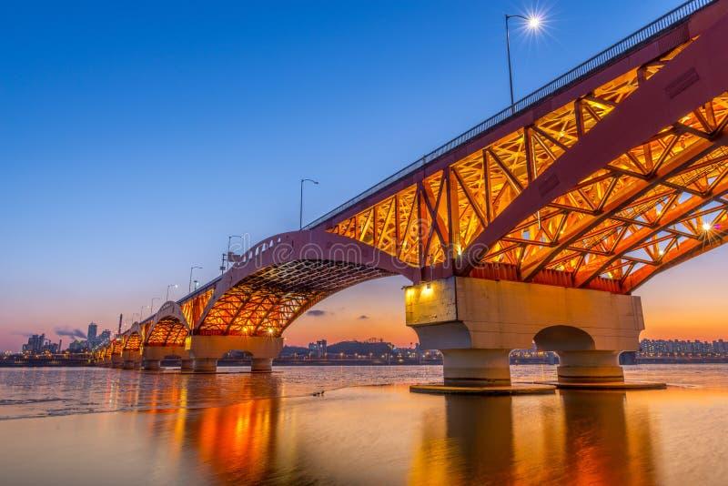 Il fiume Han con il ponte di Seongsan alla notte a Seoul, Corea/Seongsan immagini stock