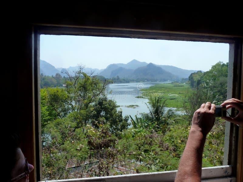 Il fiume Kwai con le colline della Birmania ora Myanmar immagini stock