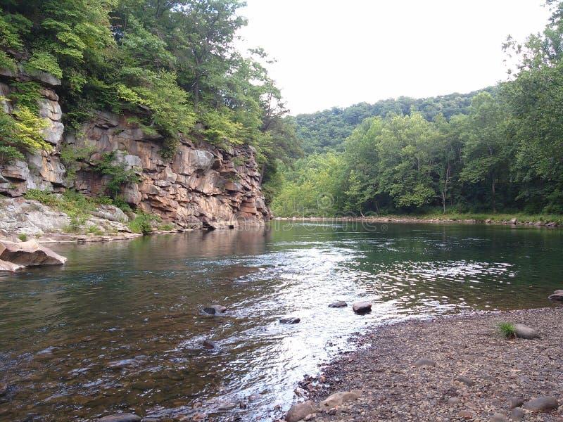 Il fiume lo passa immagine stock