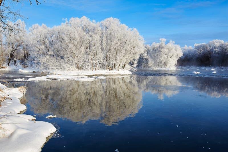 Il fiume molle di inverno e di brina immagini stock
