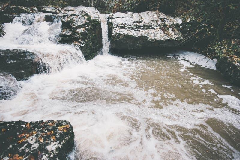 Il fiume in montagne abbellisce la chiara acqua fotografia stock libera da diritti