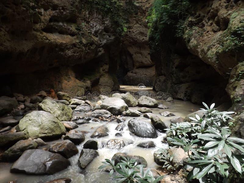 Il fiume nella caverna immagine stock