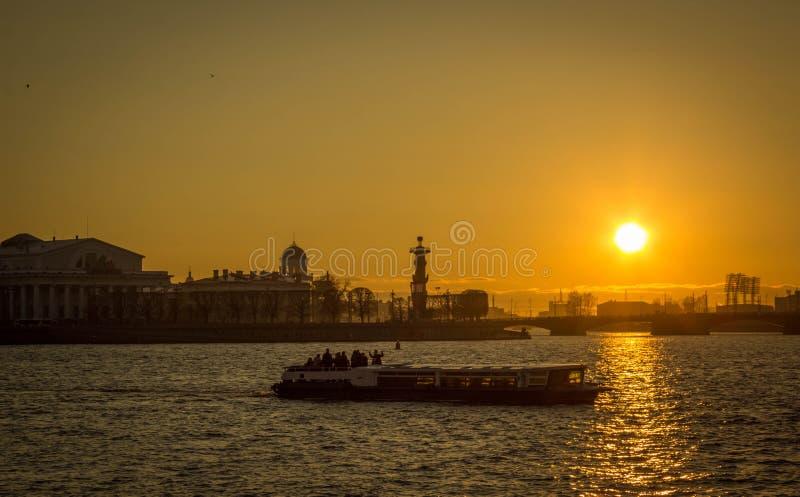 Il fiume Neva al tramonto fotografia stock libera da diritti