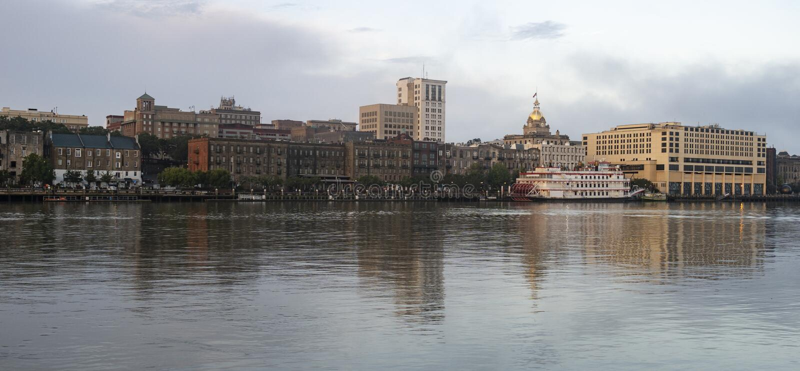 Il fiume riflette le costruzioni e l'architettura di Savannah Georgi fotografia stock