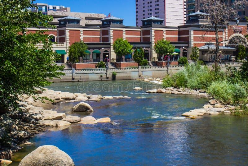 Il fiume Truckee scorrente dalla passeggiata del fiume a Reno, Nevada immagini stock