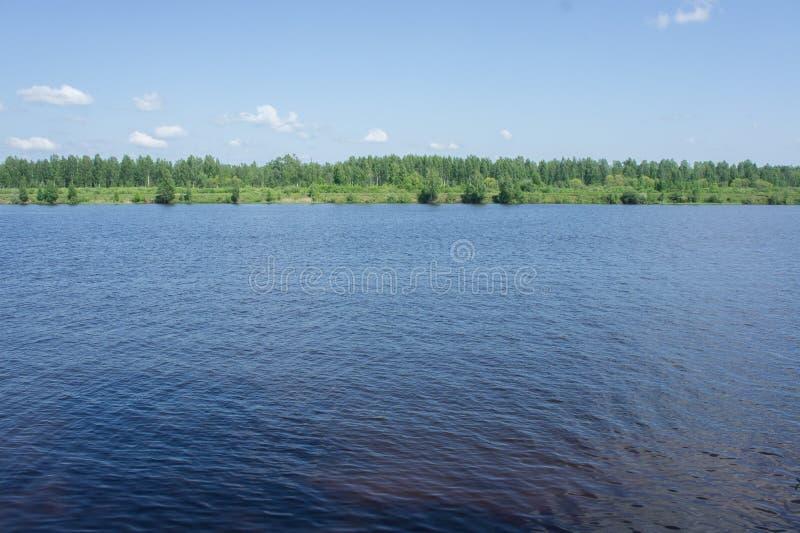Il fiume Volga nella regione di Tver'a maggio fotografia stock