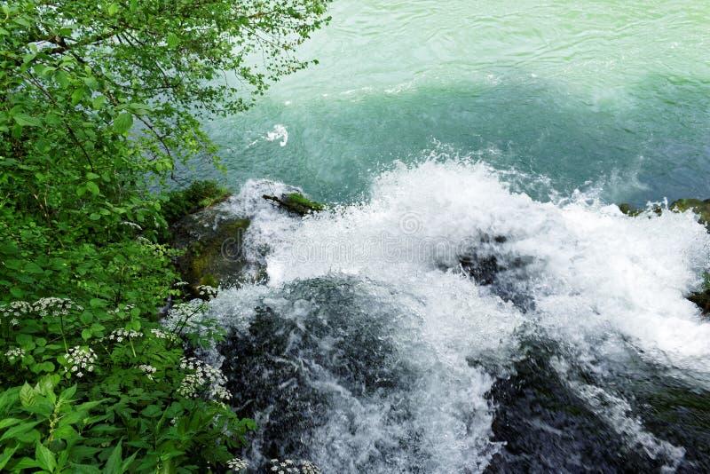 Il fiume Vrelo sfocia nel fiume Drina via una cascata immagini stock