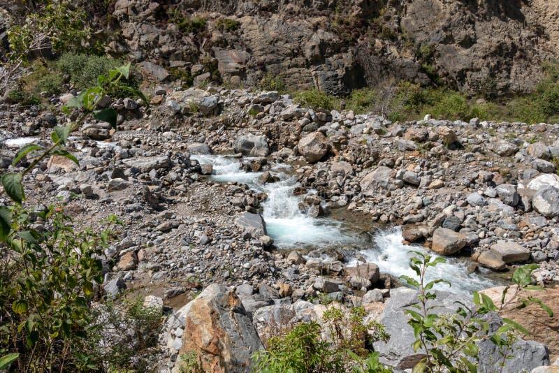 Il fiume White o Rio Blanco Valley con acqua corrente veloce fra le pietre, Perù immagini stock
