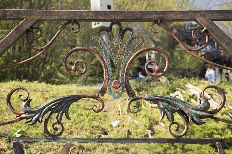 Il flowerof forgiato ha forgiato gli elementi per i portoni del metallo immagini stock libere da diritti