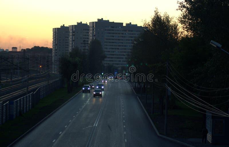 Il flusso delle automobili nella sera nel moto fotografie stock libere da diritti