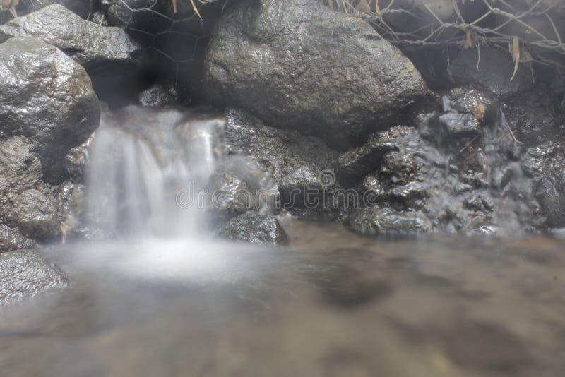 Il flusso di acqua di silenzio senza rumore della città immagini stock