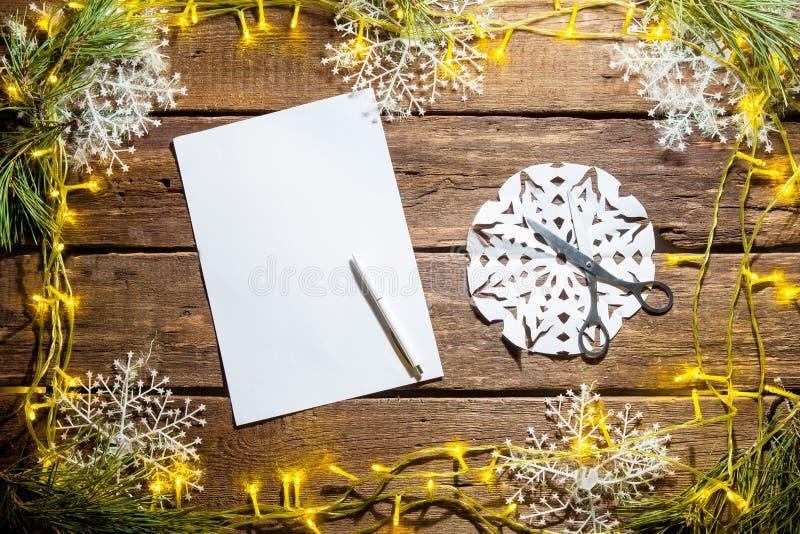 Il foglio bianco di carta sulla tavola di legno con fotografie stock