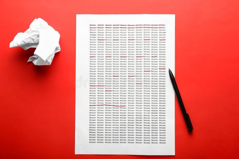 Il foglio di carta con le parole stampate CONFONDE sul fondo di colore, vista superiore immagine stock libera da diritti