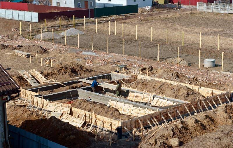 Il fondamento della casa in costruzione, fondamento concreto fresco, di fondamento ripieno di cemento di una casa privata fotografie stock libere da diritti
