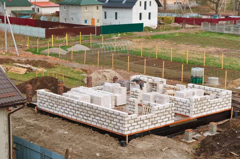 Il fondamento della casa in costruzione, fondamento concreto fresco, di fondamento ripieno di cemento di una casa privata fotografia stock libera da diritti