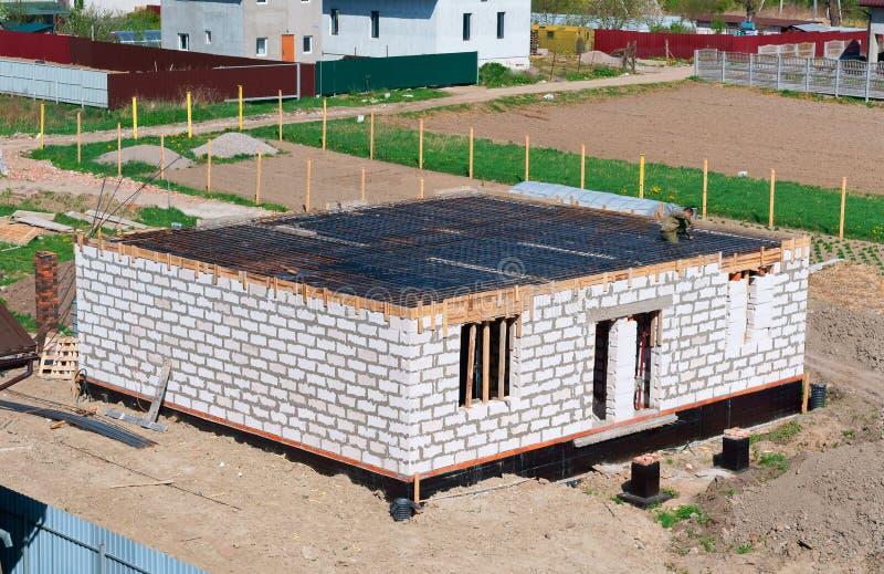 Il fondamento della casa in costruzione, fondamento concreto fresco, di fondamento ripieno di cemento di una casa privata immagini stock