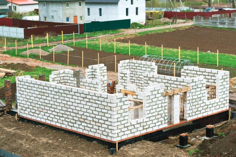 Il fondamento della casa in costruzione, fondamento concreto fresco, di fondamento ripieno di cemento di una casa privata fotografie stock
