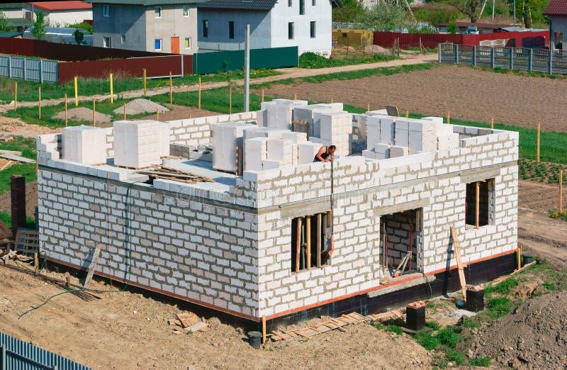 Il fondamento della casa in costruzione, fondamento concreto fresco, di fondamento ripieno di cemento di una casa privata fotografia stock