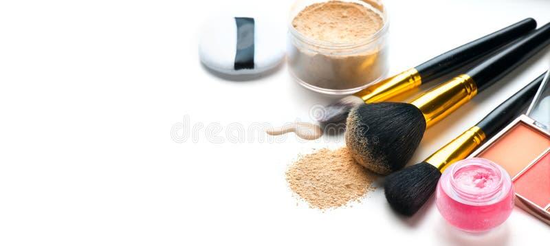 Il fondamento o la crema liquido cosmetico, cipria sciolta, varie spazzole per applica il trucco Componga la sbavatura e la polve fotografia stock libera da diritti