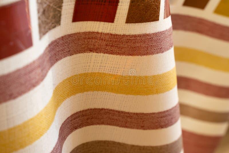 Il fondo astratto ha colorato le bande sulla struttura dell'onda piegata tessuto fotografia stock libera da diritti