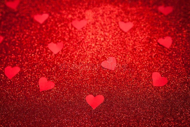 Il fondo brillante rosso con i piccoli cuori rossi, l'amore, il giorno del ` s del biglietto di S. Valentino, struttura il fondo  fotografia stock libera da diritti