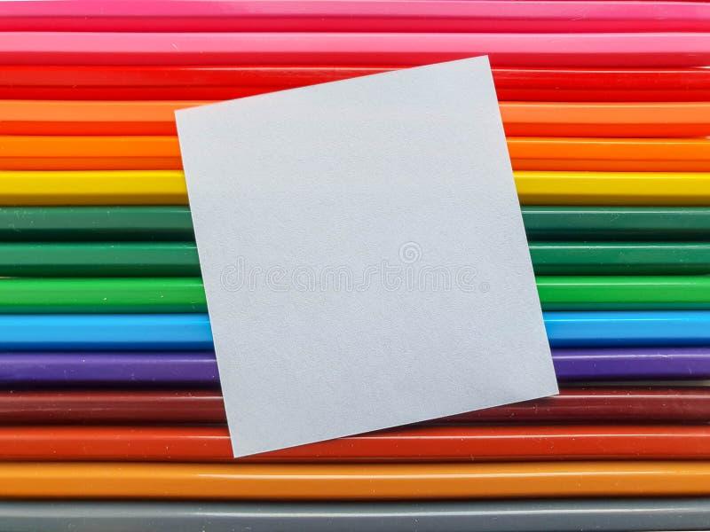 Il fondo colorato di legno delle matite, si chiude su stile dell'arcobaleno, disposizione orizzontale Copi lo spazio fotografia stock
