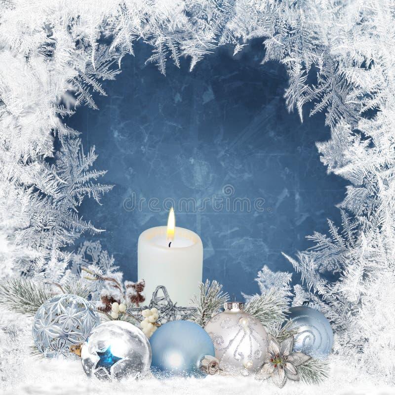 Il fondo con le candele, pino di Natale si ramifica, palle su un fondo blu con un modello gelido illustrazione di stock