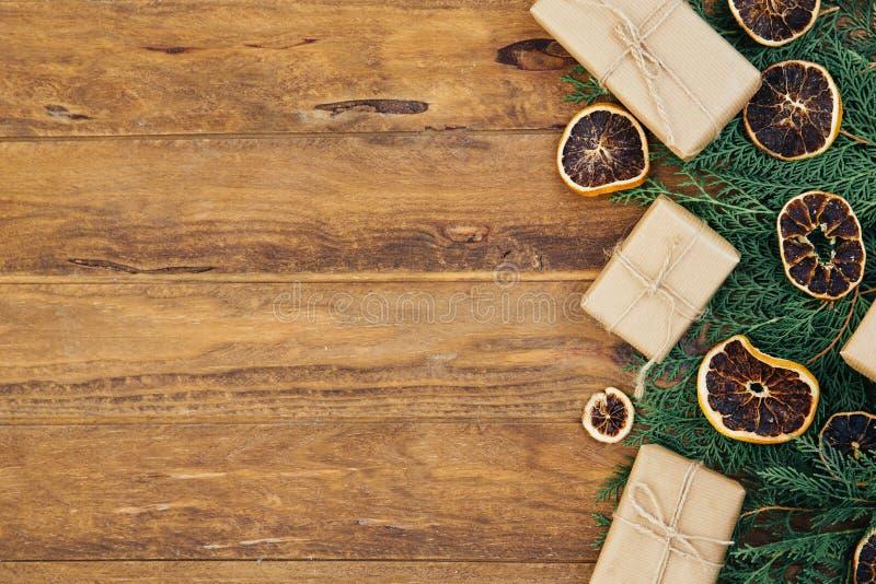 Il fondo d'annata di Natale con abete si ramifica sulla tavola di legno immagine stock libera da diritti