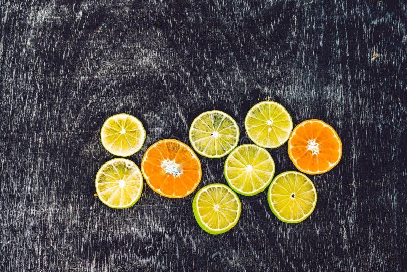 Il fondo degli agrumi con i limoni affettati delle arance calcina i mandarini come simbolo di spinta sana del sistema immunitario fotografia stock libera da diritti